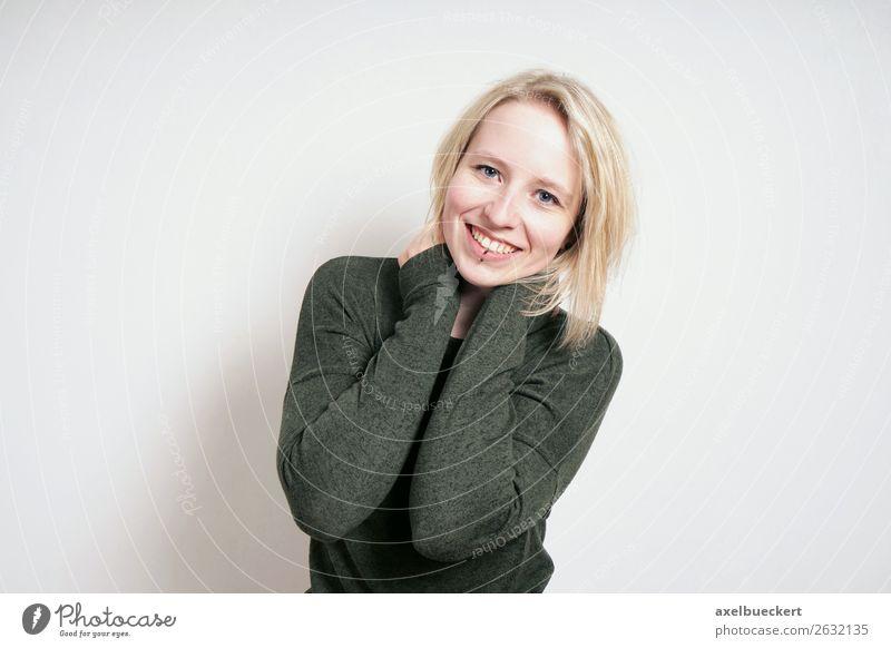 junge Frau freut sich Lifestyle Mensch feminin Junge Frau Jugendliche Erwachsene 1 18-30 Jahre Mauer Wand Piercing blond Lächeln lachen Bob Lippenpiercing
