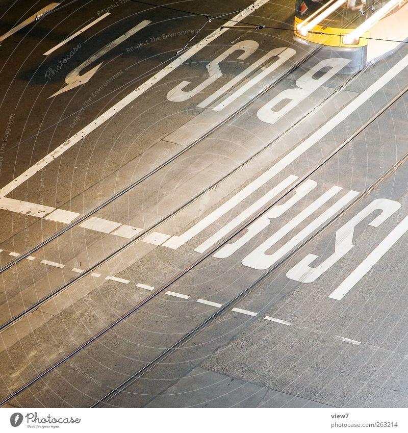 Nachtfahrplan Straße Linie Schilder & Markierungen Verkehr authentisch Streifen Spuren Verkehrswege Fahrzeug Bus Straßenkreuzung Verkehrsmittel Straßenbahn S-Bahn Verkehrszeichen Öffentlicher Personennahverkehr