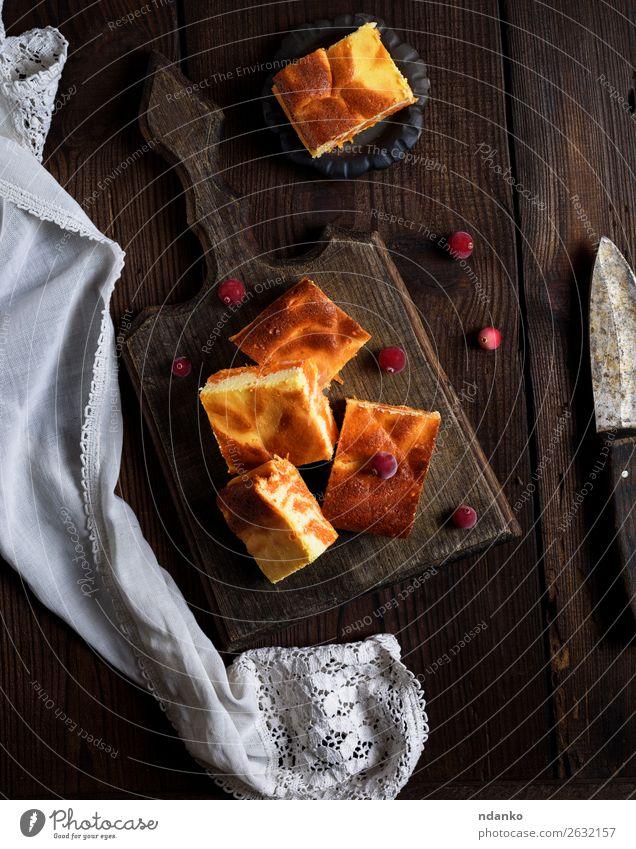 gebackene quadratische Stücke von Kürbis-Käsekuchen Milcherzeugnisse Dessert Süßwaren Ernährung Essen Frühstück Messer Tisch Herbst Holz frisch lecker braun