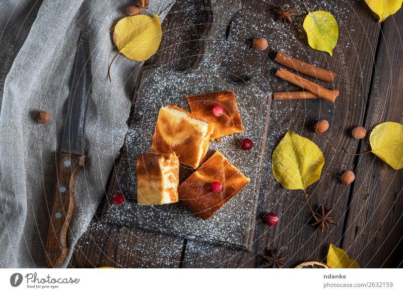 quadratische Stücke Hüttenkäse und Kürbiskuchen Käse Milcherzeugnisse Dessert Ernährung Essen Frühstück Tisch Herbst Holz frisch lecker braun weiß Tradition