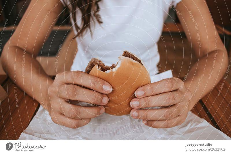 Junges Mädchen mit Fastfood-Burger in der Hand Brot Brötchen Mittagessen Diät Lifestyle Ferien & Urlaub & Reisen Mensch Straße Mode festhalten lecker