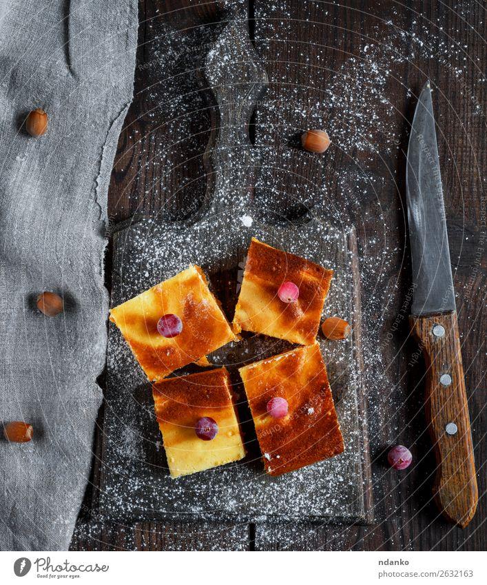 vier quadratische Scheiben Hüttenkäse und Kürbiskuchen Käse Dessert Süßwaren Ernährung Essen Frühstück Messer Tisch Holz frisch lecker braun weiß Tradition