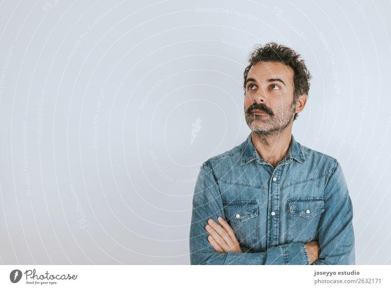 Porträt eines Mannes mit Schnurrbart mit verschränkten Armen Lifestyle Gesicht Mensch Erwachsene 30-45 Jahre Mode Hemd Oberlippenbart stehen Coolness trendy