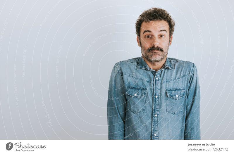 Porträt eines Mannes mit Schnurrbart verwirrt. Lifestyle Gesicht Mensch Erwachsene 30-45 Jahre Mode Hemd Oberlippenbart Lächeln stehen Coolness trendy attraktiv