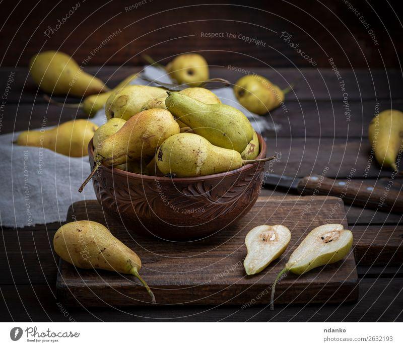 reife grüne Birnen in einer braunen Tonschale auf einem Tisch Frucht Ernährung Vegetarische Ernährung Diät Schalen & Schüsseln Menschengruppe Natur Holz alt