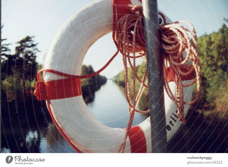 Rettung Rettungsring Bootsfahrt Schifffahrt Fluss Abwasserkanal Spaziergang Wasser