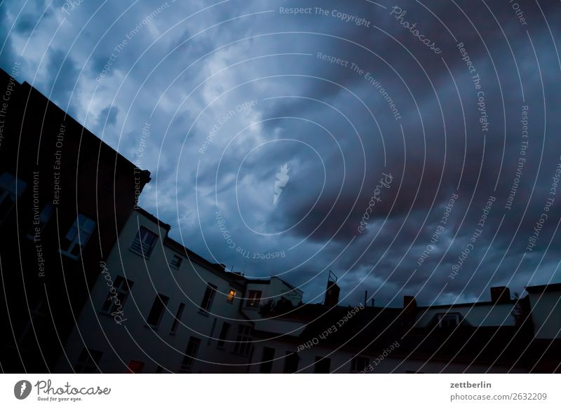 Himmel Himmel (Jenseits) Stadt Haus Wolken dunkel Wand Textfreiraum Fassade Häusliches Leben Wetter geheimnisvoll Wohnhaus Unwetter Hinterhof hinten