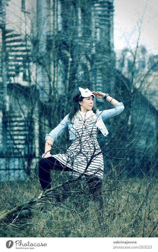 captain Mensch Jugendliche Erwachsene feminin stehen 18-30 Jahre Junge Frau Kleid Maske langhaarig selbstbewußt