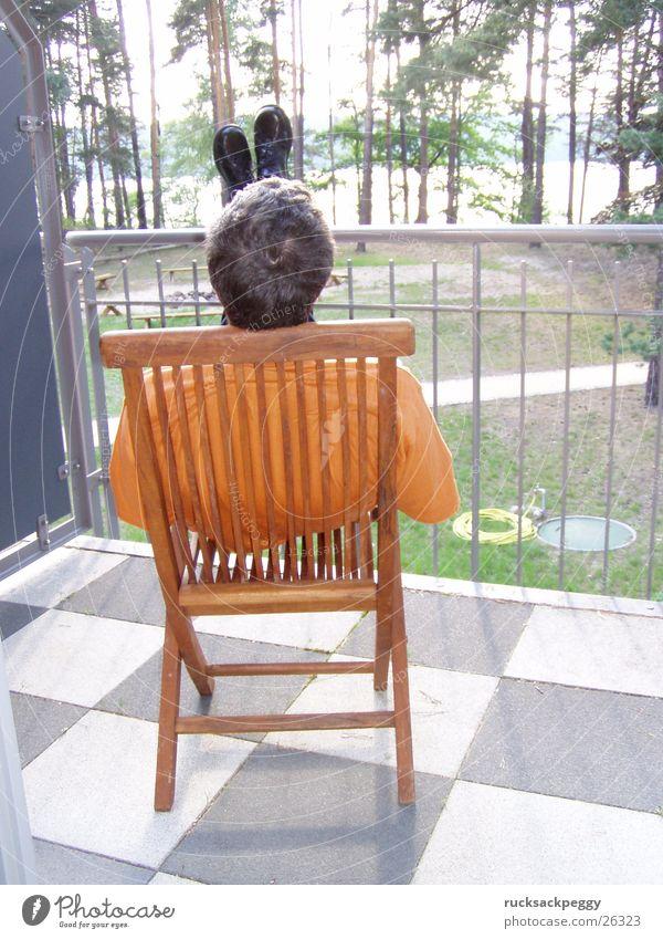 Nach-Hochzeit-Ausruh-Phase Mann ruhig Erholung Schuhe Pause Aussicht Quadrat Balkon Terrasse kariert Holzstuhl
