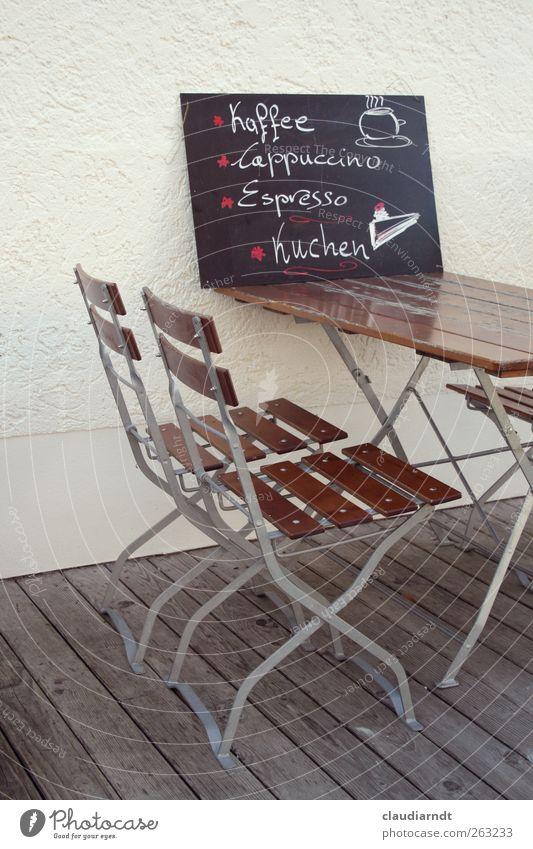 Speisetafel Stuhl Tisch Holz Gastronomie Café Klappstuhl Klapptisch Schilder & Markierungen Schriftzeichen Beschriftung Kaffee Kuchen Espresso Cappuccino Mauer