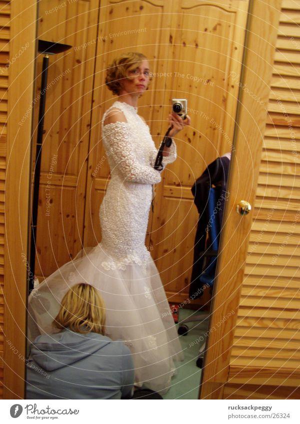 letzter Schliff Frau Hochzeit Model Kleid Wandel & Veränderung Spiegel Beruf Spiegelbild Braut Nähen Vorbereitung Brautkleid