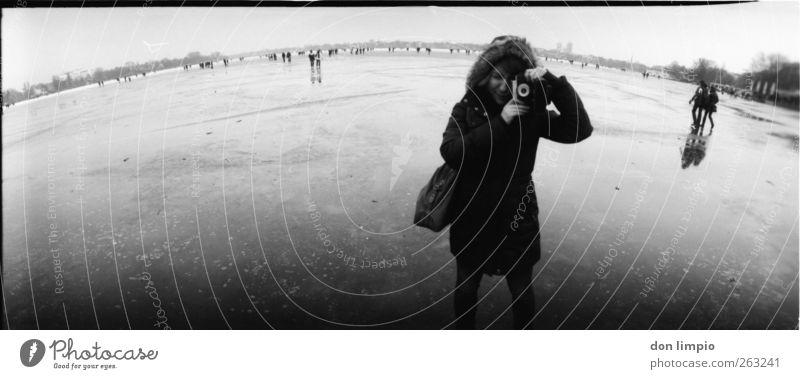 mach ein bild von mir Winter Eis Frost Fluss Binnenalster kalt schwarz weiß Stimmung Mensch Junge Frau analog Fotografieren Fotokamera Schwarzweißfoto