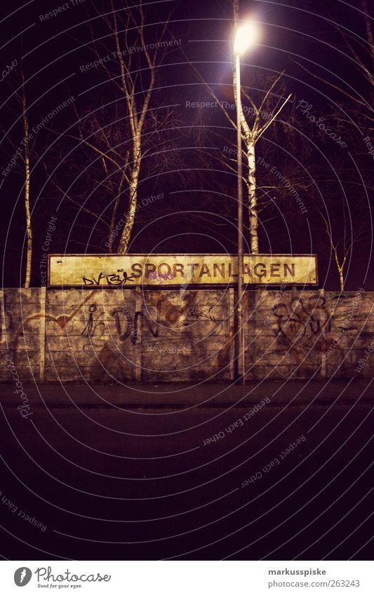sportanlagen Sportstätten Menschenleer Mauer Wand Verfall Textfreiraum unten Straßenbeleuchtung Schilder & Markierungen Wort Großbuchstabe Graffiti