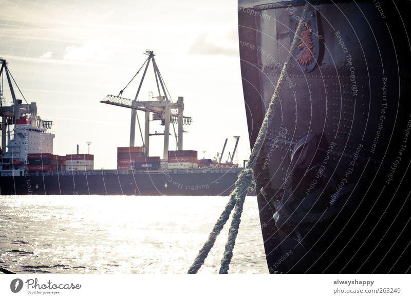 Schiff im Hamburger Hafen blau weiß rot Ferien & Urlaub & Reisen schwarz grau Wasserfahrzeug braun Seil Container Elbe maritim Dock Hafenkran