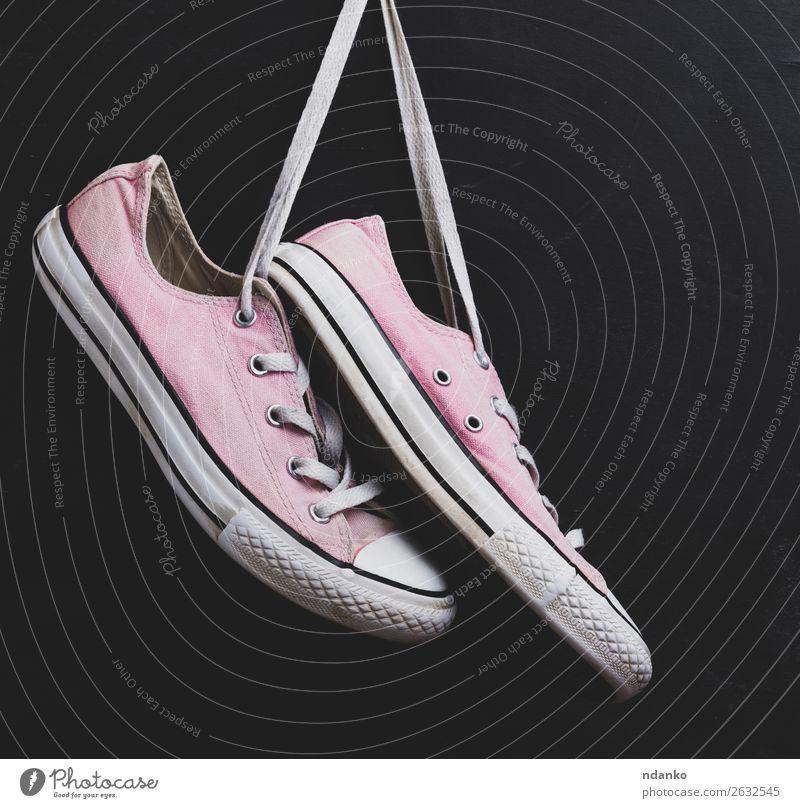 Paar textile rosa Turnschuhe Lifestyle Stil Design Sport Joggen Mode Bekleidung Schuhe Holz Rost alt Fitness hängen dreckig trendy modern retro schwarz weiß