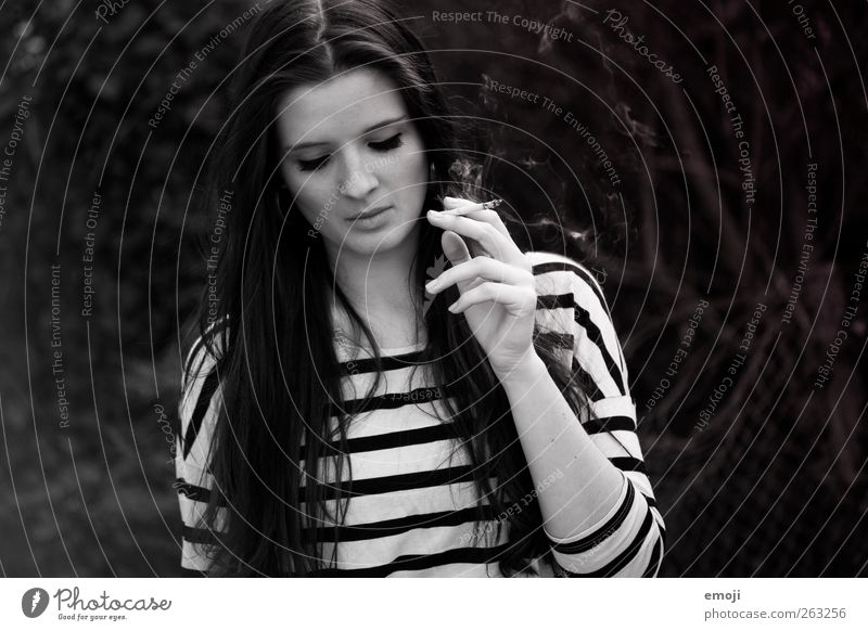 one day trip I feminin Junge Frau Jugendliche 1 Mensch 18-30 Jahre Erwachsene langhaarig authentisch schön einzigartig Ringelshirt rauchend Coolness Rauchen