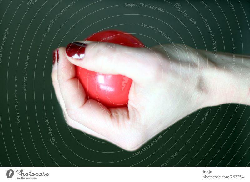 halten Nagellack sportlich Freizeit & Hobby Spielen Fitness Sport-Training Ballsport Hand Frauenhand Kugel Kunststoff festhalten rot Gefühle Optimismus Mut