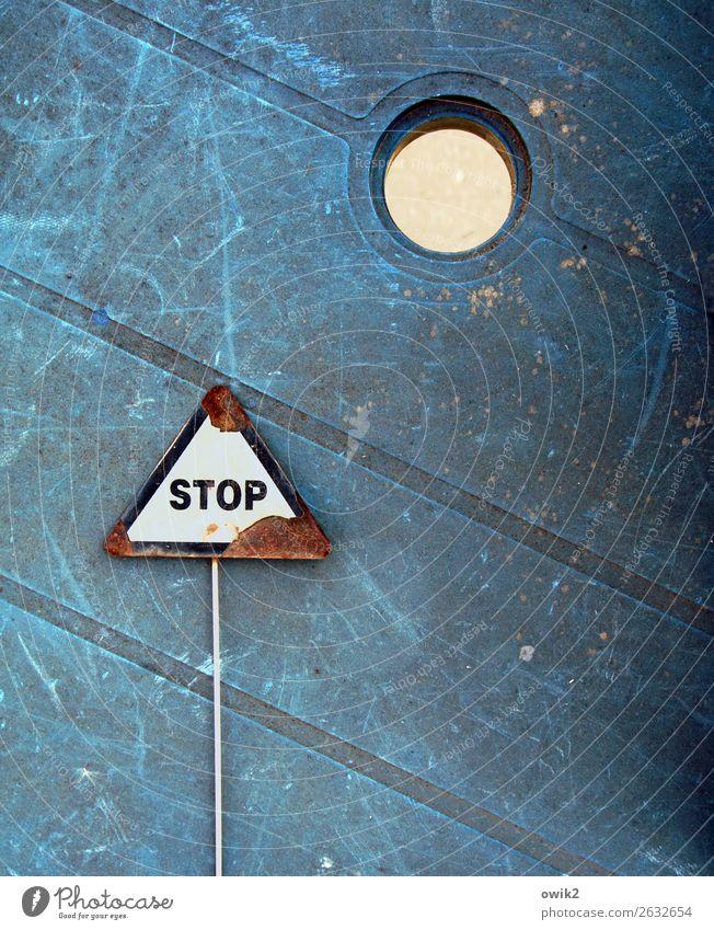 Gullydeckel geklaut Verkehr Straßenverkehr Tischplatte Gartentisch arrangiert Anordnung Metall Kunststoff Zeichen Schriftzeichen Schilder & Markierungen