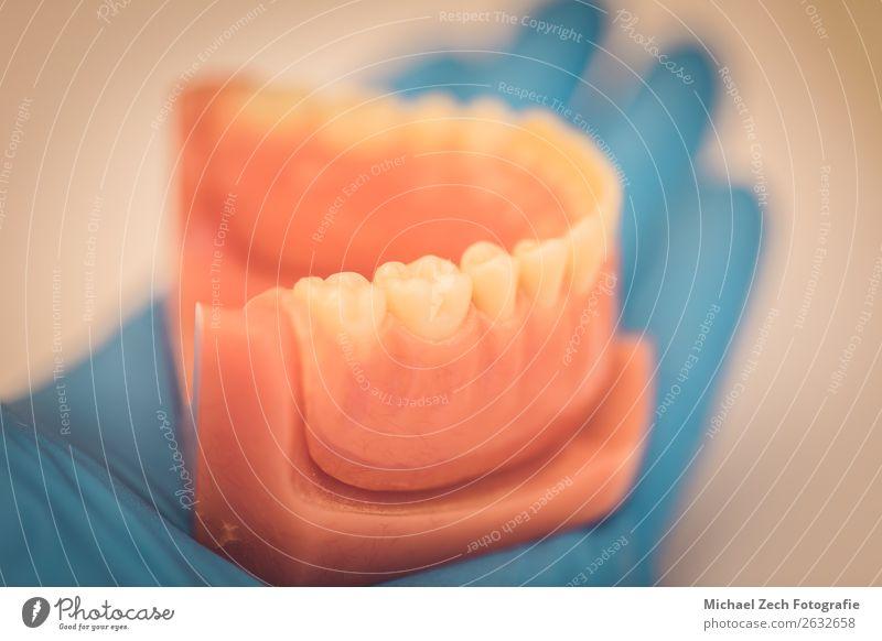 Detaillierte Nahaufnahme von Zahnprothesen oder Zähnen Design Krankheit Medikament Spiegel Arzt Büro Krankenhaus Handschuhe Sauberkeit blau weiß Zahnarzt dental