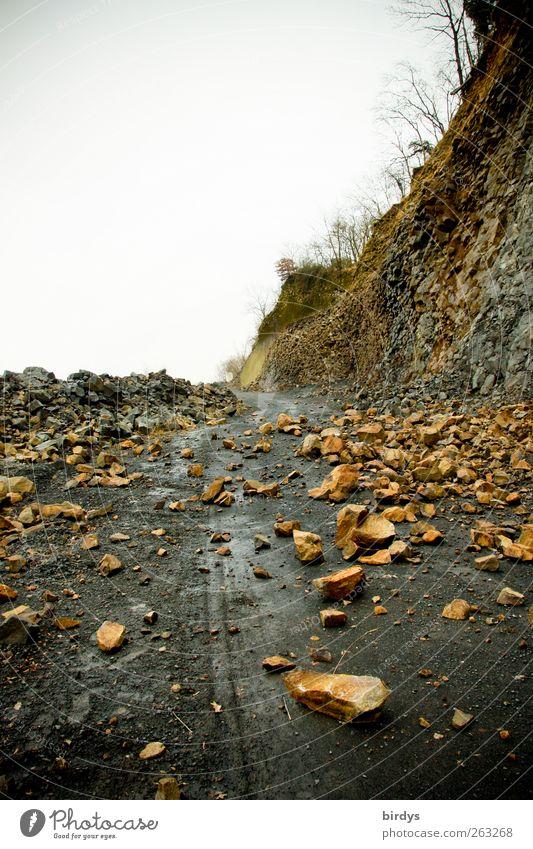 Vorsicht Steinschlag Natur Wolken Umwelt Straße Wege & Pfade Stein Felsen liegen gefährlich bedrohlich fallen Barriere Berghang Originalität Pass Schotterstraße