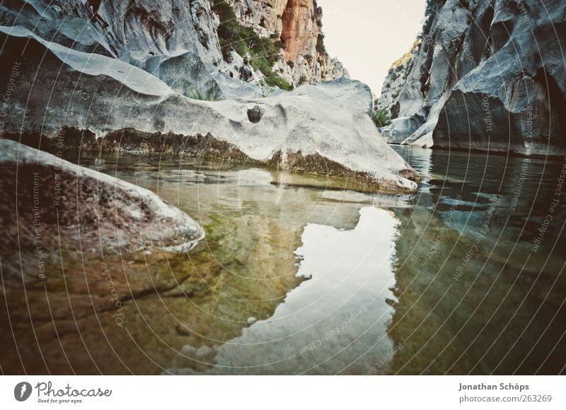 Tautavel III Abenteuer Freiheit Sommer Umwelt Natur Landschaft Urelemente Wasser Schönes Wetter Felsen Schlucht Seeufer Flussufer ästhetisch außergewöhnlich