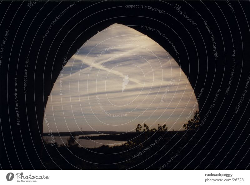 Grunewaldturm mal anders Himmel Ferne Berlin Architektur Horizont Aussicht Textfreiraum Bogen Durchblick Torbogen Umwelt Havel Himmelstor