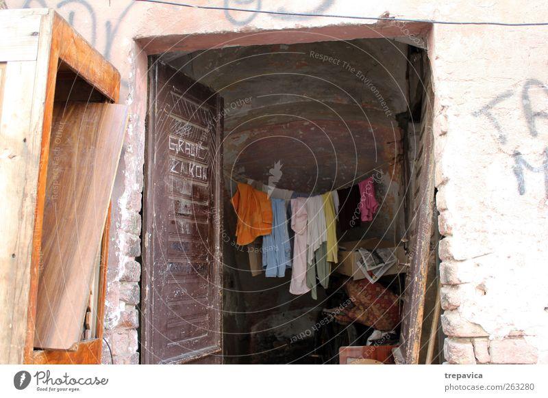 ... wäsche ... alt Haus Fenster Innenarchitektur Tür Kindheit Wohnung Fassade dreckig Armut Häusliches Leben Bekleidung einzigartig Dorf trocken