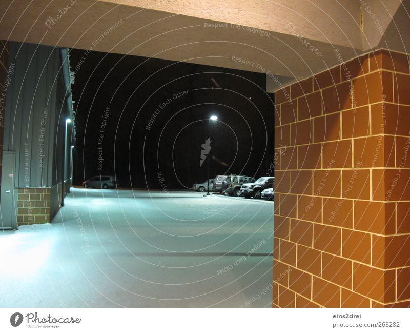 into the night Winter Wetter Eis Frost Schnee Stadt Menschenleer Fabrik Architektur Mauer Wand Fassade Tür parken PKW Stein Backstein beobachten bedrohlich kalt