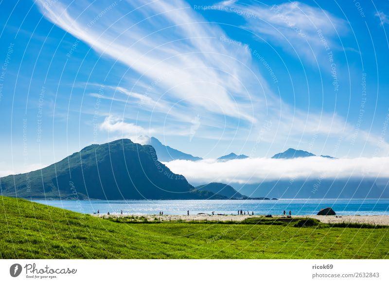 Haukland Beach auf den Lofoten in Norwegen Erholung Ferien & Urlaub & Reisen Tourismus Strand Meer Berge u. Gebirge Natur Landschaft Wasser Wolken Gras Wiese