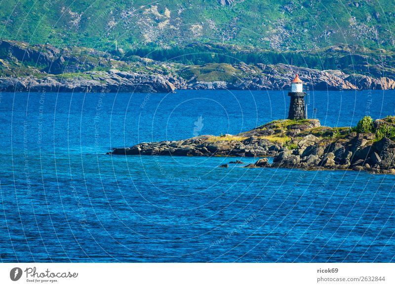 Küste mit Leuchtturm auf den Lofoten in Norwegen Erholung Ferien & Urlaub & Reisen Tourismus Meer Berge u. Gebirge Natur Landschaft Wasser Gras Felsen blau grün
