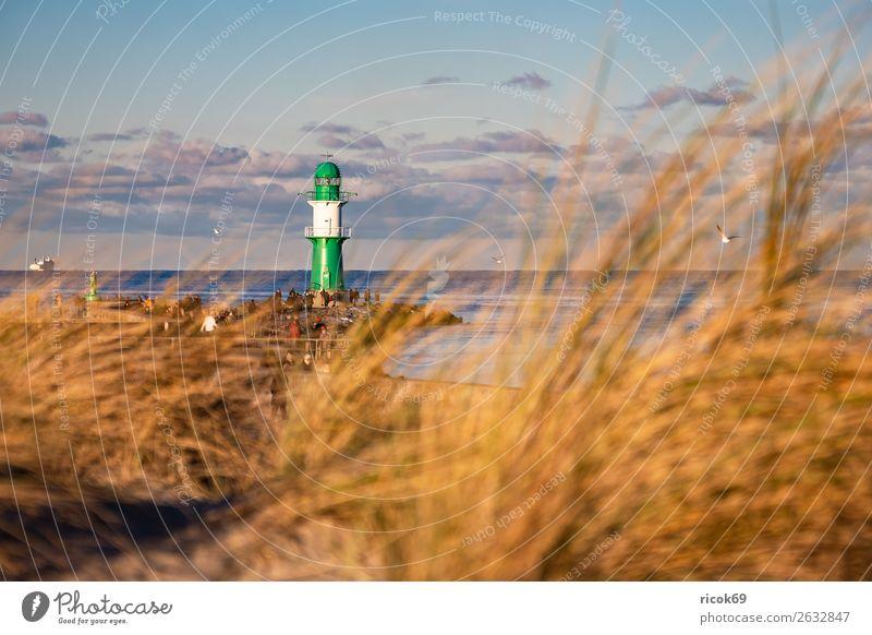 Mole an der Ostseeküste in Warnemünde Erholung Ferien & Urlaub & Reisen Tourismus Wolken Küste Architektur Sehenswürdigkeit Wahrzeichen Schifffahrt Fähre