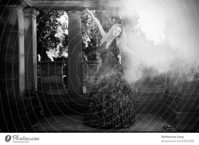 last dance Mensch feminin Junge Frau Jugendliche 1 18-30 Jahre Erwachsene Mode blond langhaarig Locken außergewöhnlich schön träumen Hochmut Übermut