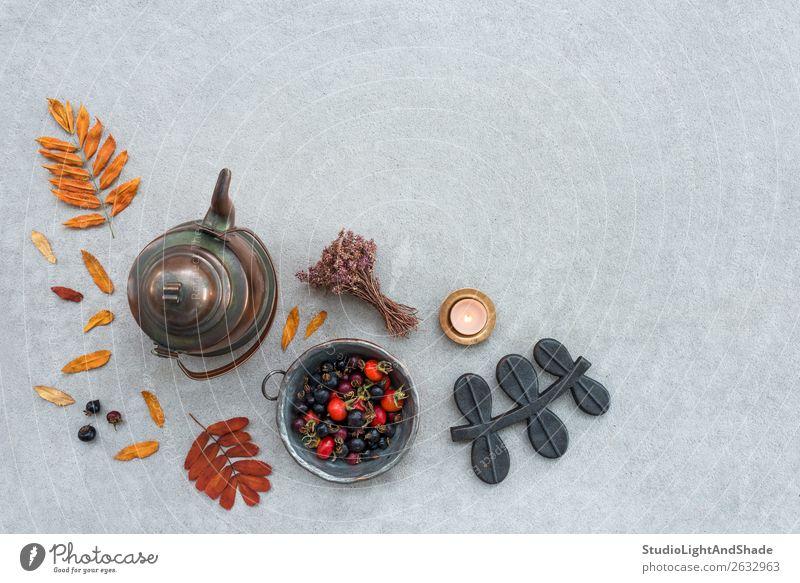 Rustikale Herbstkomposition mit gemütlichem Kerzenschein Frucht Lifestyle Garten Küche Natur Landschaft Wärme Baum Blume Blatt Beton Metall alt natürlich retro