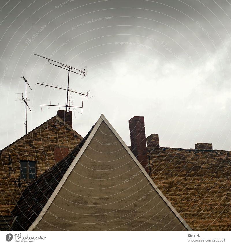 Tristesse Wolken Winter Klima Wetter schlechtes Wetter Kleinstadt Stadt Haus Gebäude Mauer Wand Fassade Dach Schornstein Antenne alt dunkel verfallen Altbau
