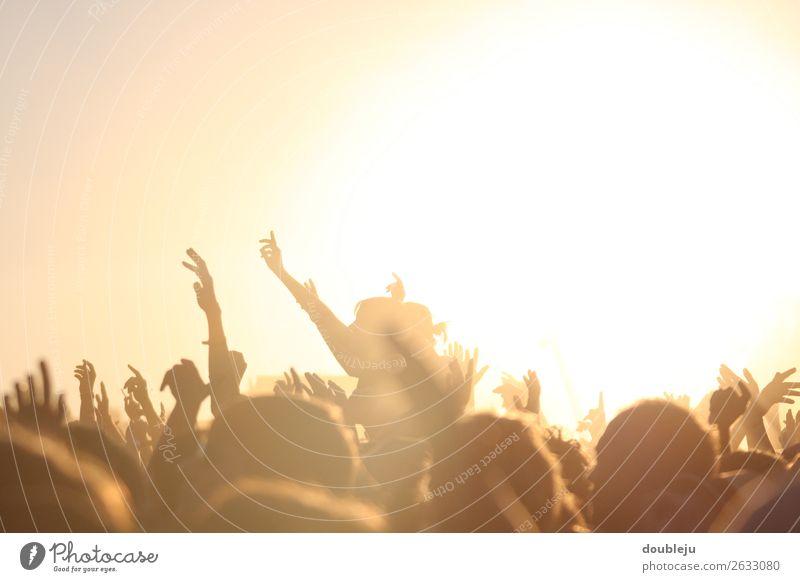 Open-Air-Festival Festspiele Außenaufnahme Fan Musik Felsen Pop Menschen freizeit Wochenende Party Sonne sonnenuntergang sich[Akk] beugen Abendstimmung freiheit
