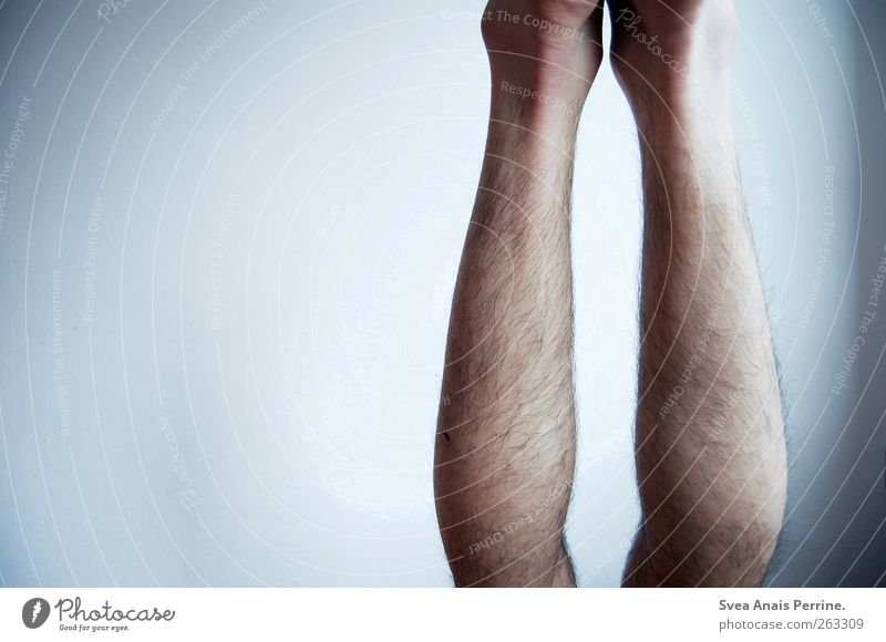 II Mensch Mann Jugendliche Erwachsene kalt Wand Mauer Beine maskulin Behaarung 18-30 Jahre dünn Junger Mann