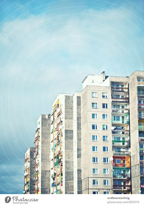 etwas Farbe in den Alltag... Luft Himmel Wolken Schönes Wetter Stadt Haus Hochhaus Gebäude Mauer Wand Fassade Fenster Beton alt Häusliches Leben groß mehrfarbig
