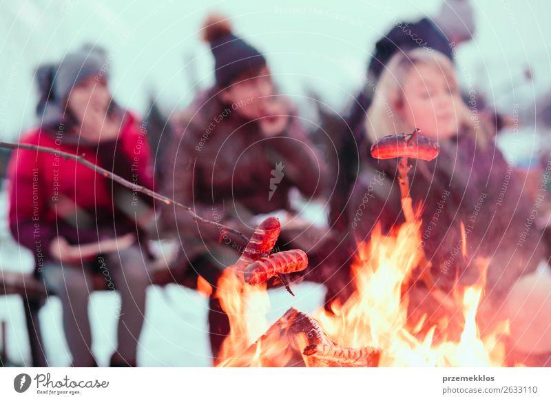 Frau Mensch Jugendliche Freude Winter 18-30 Jahre Lebensmittel Lifestyle Erwachsene Schnee Familie & Verwandtschaft Zusammensein Schneefall Freizeit & Hobby