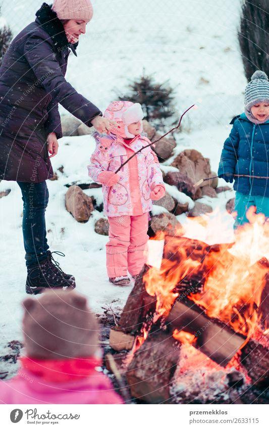 Frau Kind Mensch weiß Freude Mädchen Winter Lifestyle Erwachsene Schnee Familie & Verwandtschaft Glück Junge Garten Zusammensein Schneefall