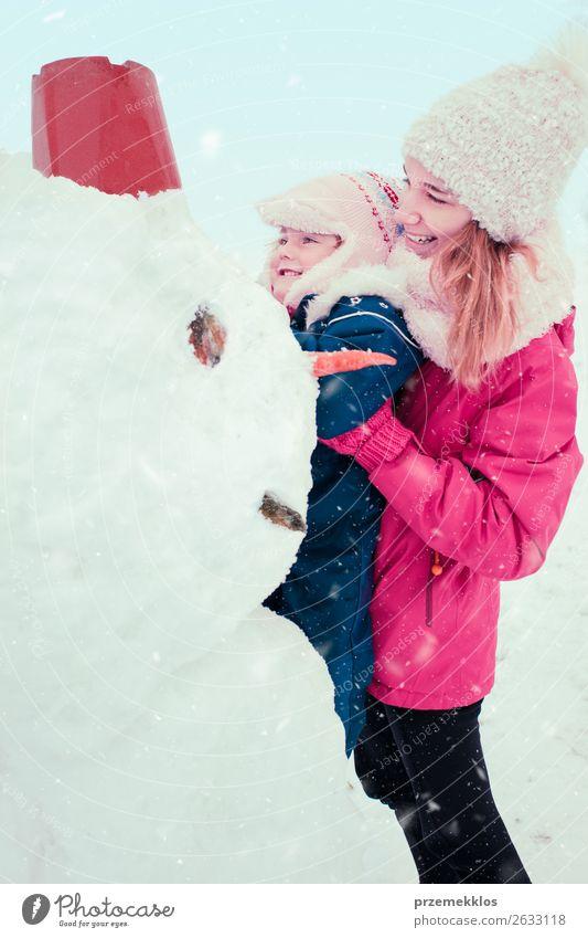 Frau Kind Mensch Jugendliche Junge Frau weiß Freude Mädchen Winter Lifestyle Erwachsene Schnee Familie & Verwandtschaft Glück Gebäude Zusammensein