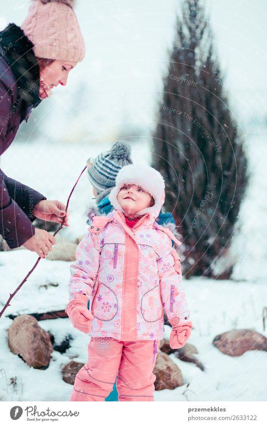 Frau Kind Mensch weiß Freude Mädchen Winter Lifestyle Erwachsene Schnee Familie & Verwandtschaft Glück Garten Zusammensein Schneefall Kindheit
