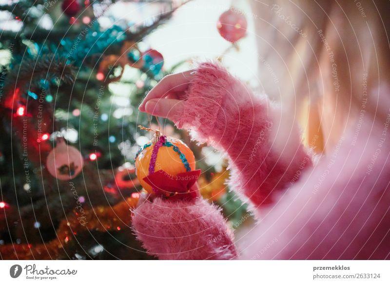 Junges Mädchen schmückt Weihnachtsbaum zu Hause Lifestyle Freude Dekoration & Verzierung Weihnachten & Advent Mensch Junge Frau Jugendliche Hand 1 13-18 Jahre