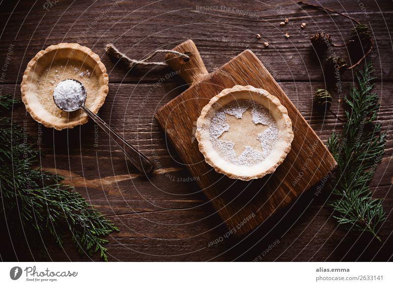 Weihnachtliches Tarte auf Holzuntergrund und winterlicher Deko Weihnachten & Advent Postkarte Backwaren Weihnachtsgebäck Dekoration & Verzierung Winter rustikal