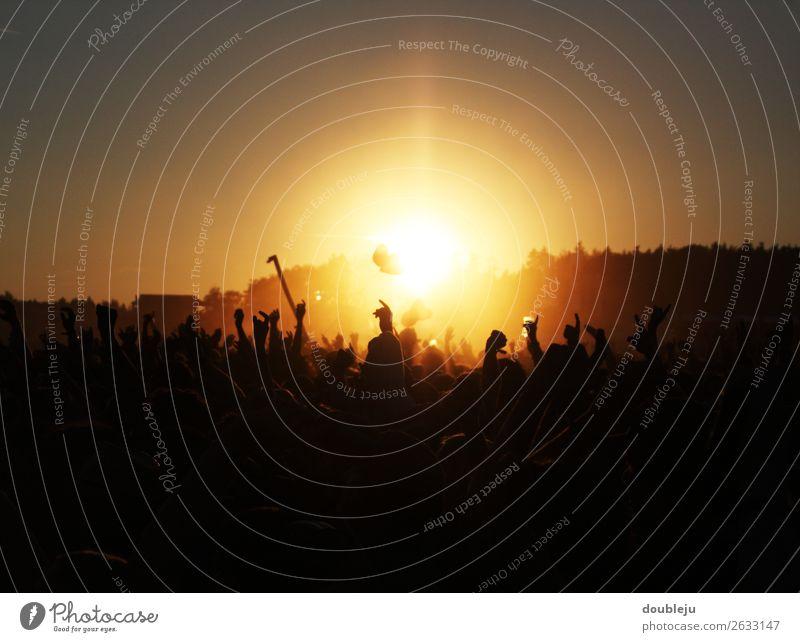 Sonnenuntergang beim Open Air Festival Festspiele Außenaufnahme Fan Musik Felsen Pop Menschen freizeit Wochenende Party sonnenuntergang sich[Akk] beugen