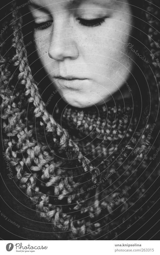when shadows fall Mensch Frau Jugendliche Erwachsene dunkel feminin Traurigkeit Mode träumen 18-30 Jahre Junge Frau Schutz Geborgenheit Sommersprossen Schal