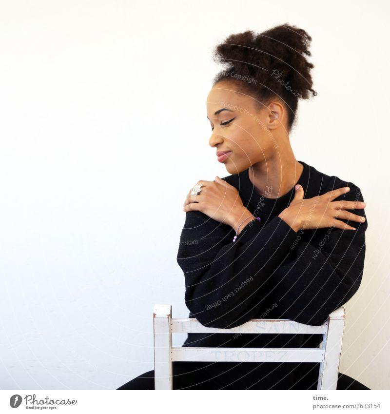 Lilian Stuhl feminin Frau Erwachsene 1 Mensch Pullover Haare & Frisuren brünett langhaarig Locken Afro-Look Erholung festhalten ästhetisch schön selbstbewußt