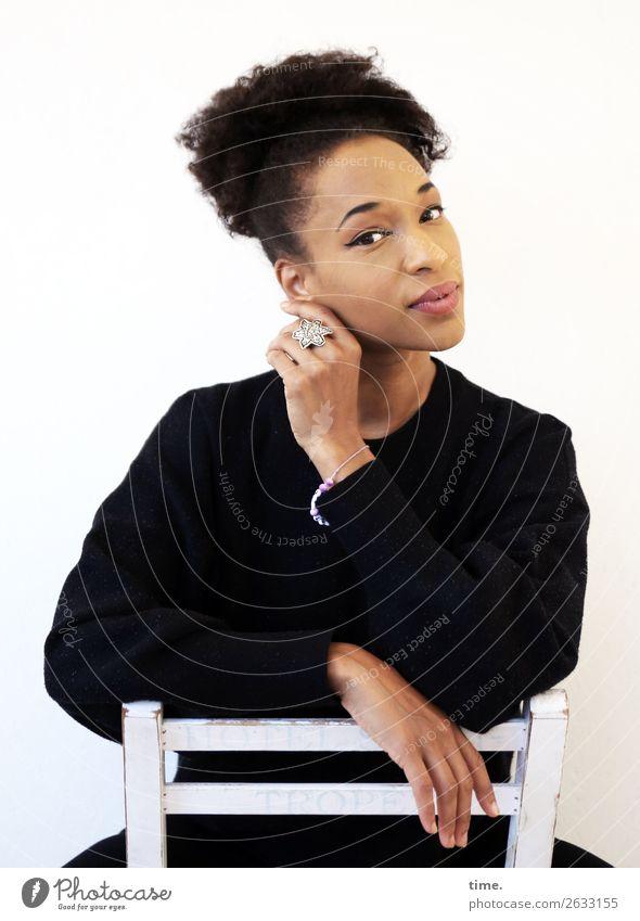 Lilian Stuhl feminin Frau Erwachsene 1 Mensch Hemd Schmuck schwarzhaarig langhaarig Locken Afro-Look beobachten Denken festhalten Blick sitzen warten schön