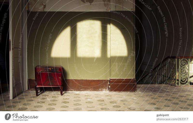 Raum und Zeit Bauwerk Gebäude Architektur Mauer Wand Treppe Tür Bodenbelag Innenarchitektur Schatten Licht Denkmal Möbel Schrank alt außergewöhnlich braun grün