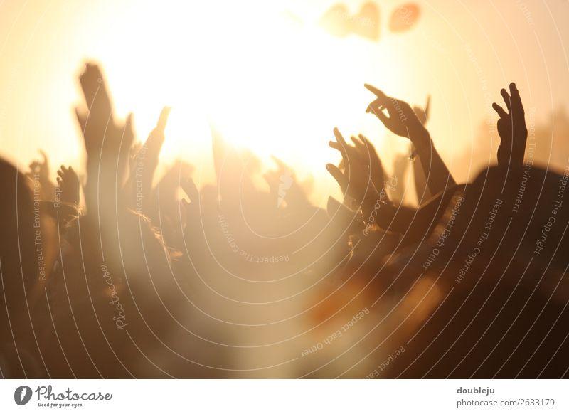 Open-Air-Festival Festspiele Stadtfest Außenaufnahme Fan Musik Felsen Popmusik Menschen freizeit Wochenende Party Sonne sonnenuntergang sich[Akk] beugen
