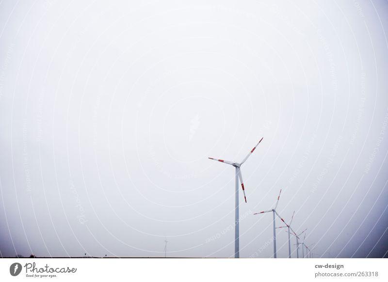 Ein Windrad ist ein Windrad ist ein Windrad Energiewirtschaft Erneuerbare Energie Windkraftanlage Himmel Menschenleer drehen hell kalt blau grau weiß Tragfläche